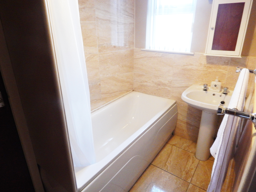 abercorn house londonderry. Communal Bathroom   self catering accommodation in Derry city centre